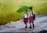 2 Anak Sekolah Kehujanan